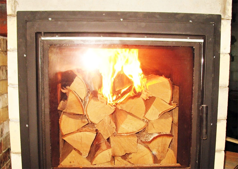Сухим дровам много кислорода не нужно, а вот если они недостаточно просушены – не стоит слишком закрывать доступ воздуха