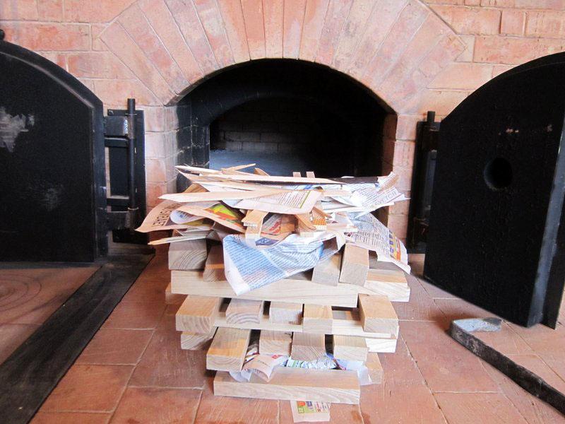 Так что согретые в доме сухие дрова дают намного меньше дыма и копоти