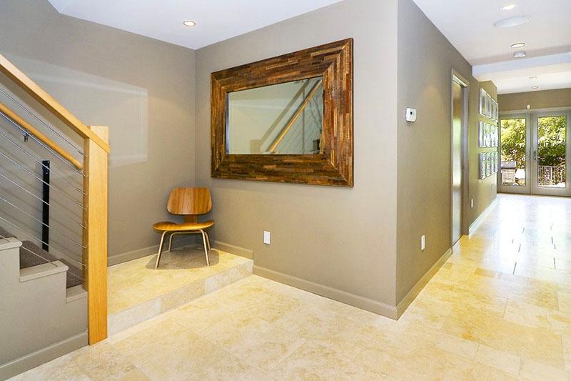 А вот если плинтус в тон оштукатуренной или окрашенной стене – то и высота комнаты кажется иной, и стены визуально выравниваются относительно пола