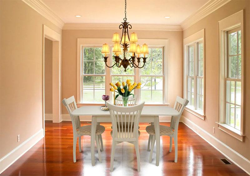 Широкие варианты, соответственно, для больших комнат с высокими потолками