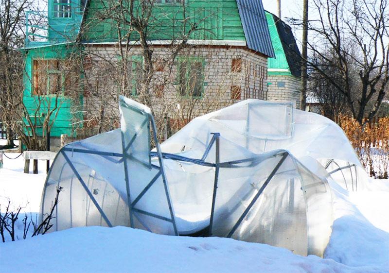 Эластичный материал не страшится толстого слоя снега. Скорее не выдержит каркас теплицы. Есть отзывы, в которых пользователи рассказывали, что каркас парника ломался, а плёнка оставалась целой