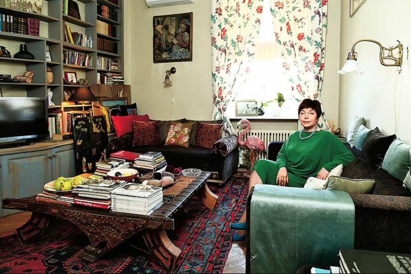 Домашний уют гостиной придают нежные шторы с цветочным принтом и индийский домотканый ковёр