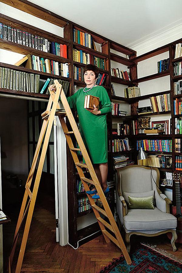Для огромной библиотеки в гостиной поставили большие стеллажи из массива
