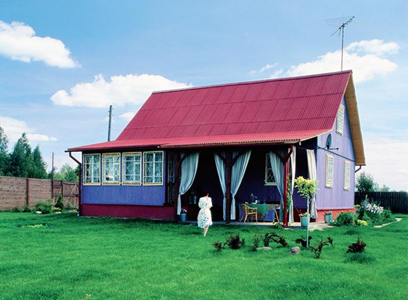 Красочное сочетание фиолетового и малинового оттенков придают дому праздничное настроение