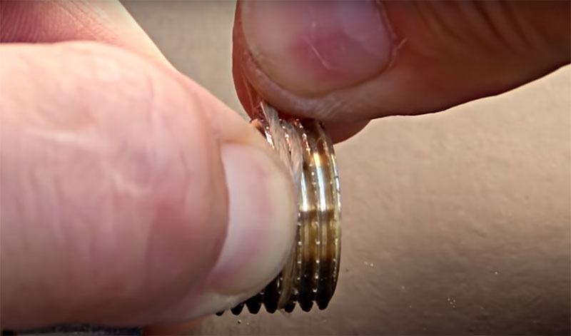 Кончик пряди следует зажать пальцем и начать наматывать так, чтобы он закрепился под витками