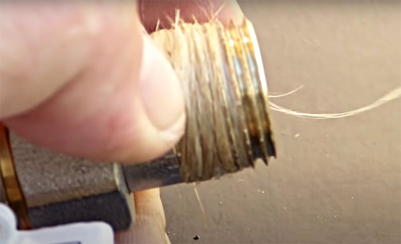 Намотка производится плотно, с натягом и так, чтобы образовался конус с утолщением к концу резьбы