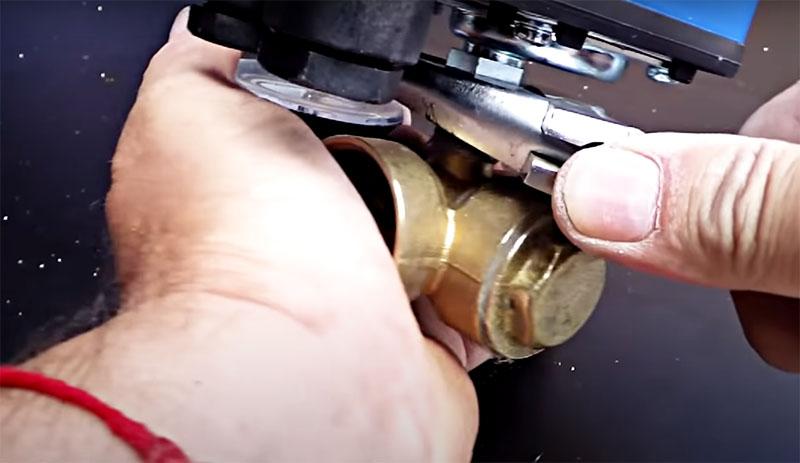 Затем можно стягивать соединение. При такой намотке уплотнителя у вас получится на один-полтора витка меньше, чем без уплотнителя