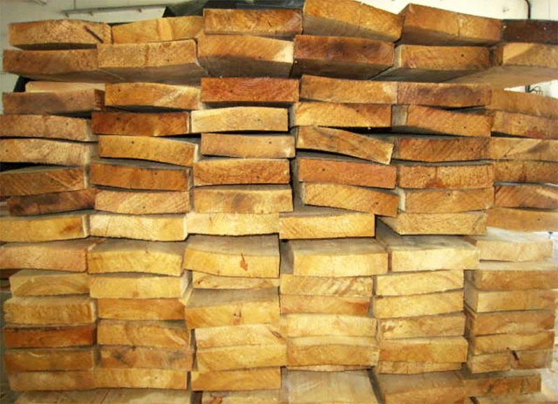 Дело не только в том, что влажная древесина быстрее гниет, но ещё и в том, что она деформируется со временем в процессе естественной сушки
