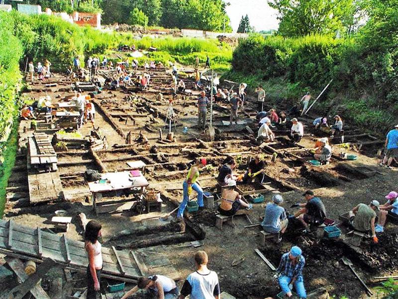 Такие венцы возрастом от 600 лет вы можете увидеть на раскопках Древнего Новгорода