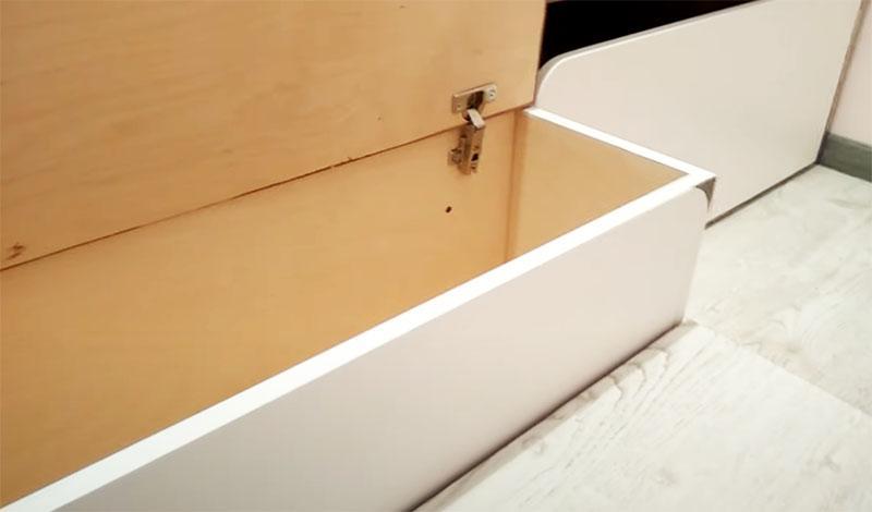 Дверцы навешиваются на обычные мебельные петли – если их закрыть, то они превратятся в ступени