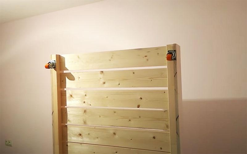 Основание кровати изготавливается из массива древесины твёрдых пород