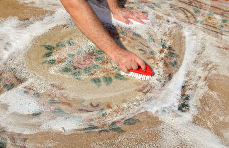Обычно он никак не влияет на краску текстиля, если она достаточно прочная, но на всякий случай перед применением этого рецепта протестируйте на небольшом кусочке