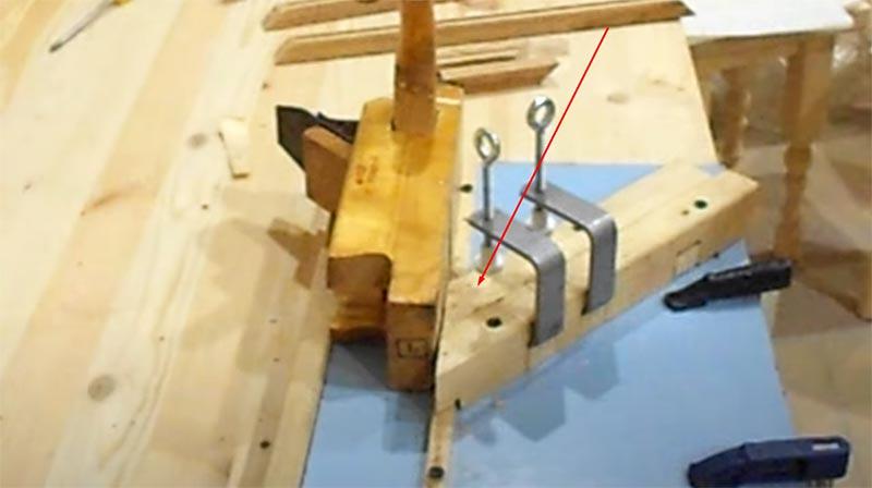 Элемент рамки необходимо зафиксировать на приспособлении при помощи струбцин