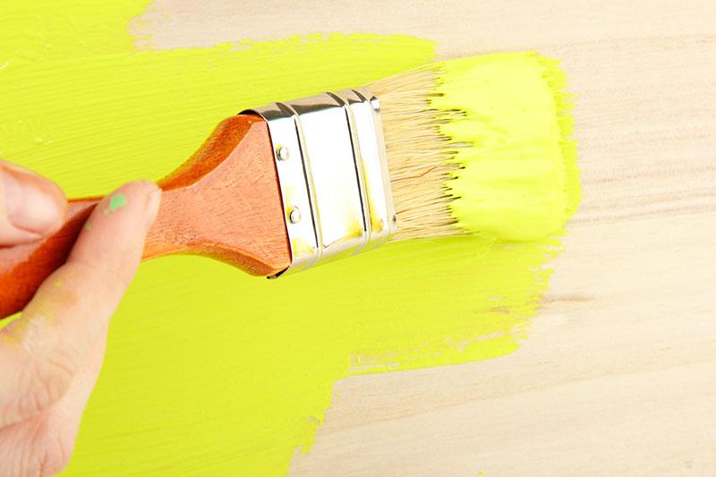 Но есть мнение, имеющее право на существование, что герметичное покрытие, которое даёт этот состав, способствует гниению древесины, если до покраски влага оставалась внутри