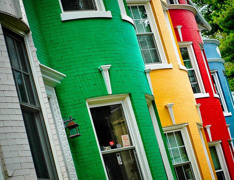 По отзывам пользователей, резиновая краска не выгорает и сохраняет свой исходный цвет (в отличие от других составов)
