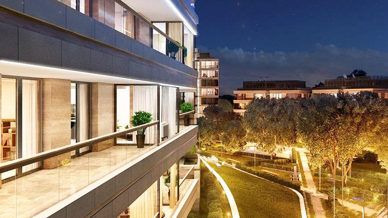 Вечерняя подсветка территории создаёт волшебную атмосферу в доме