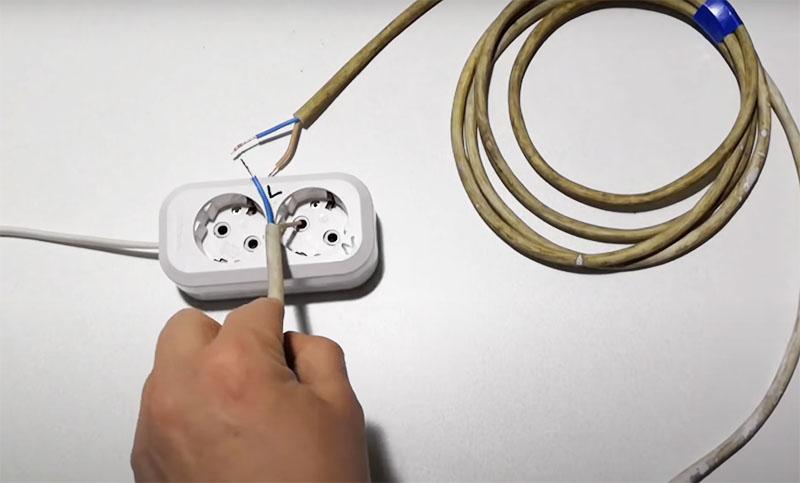 Для определения места разрыва нужно один конец провода запитать от фазы в розетке