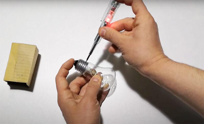 Достаточно прикоснуться одной рукой к контакту проверяемого прибора, а затем жалом отвёртки – к другому. Далее ‒ замкнуть цепь пальцем на навершии. Если лампа или предохранитель исправны – вы получите сигнал индикатора