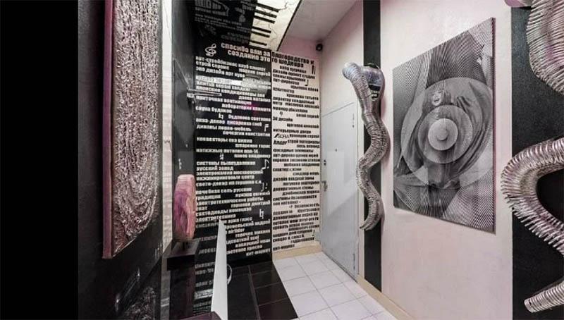Коридор напоминает маленький переулок мегаполиса, декорированный стеклянными панелями и эффектным китайским декором