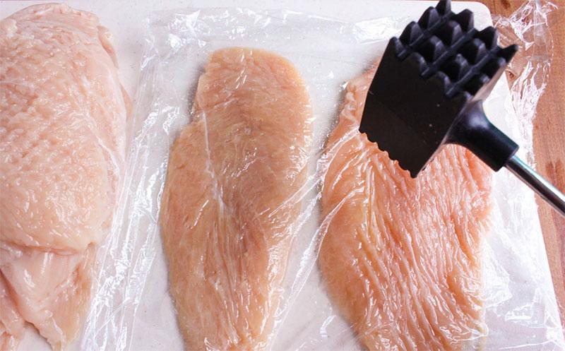 В полиэтиленовом пакете очень удобно делать отбивные: ошмётки мяса не летят во все стороны, можно сделать сколь угодно тонкую отбивную и легко отделить её от пакета