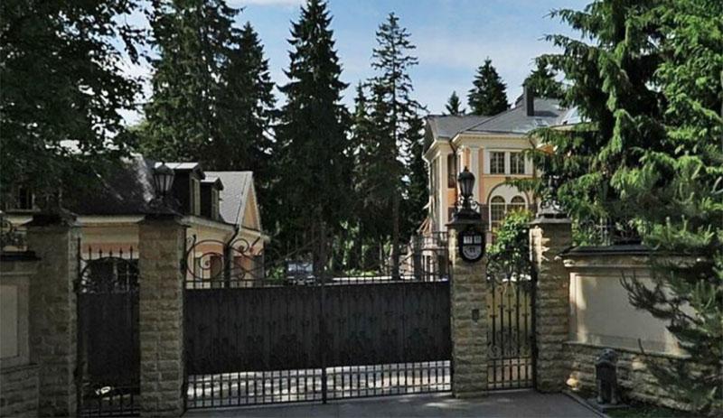 Со всех сторон замок окружён сплошным забором