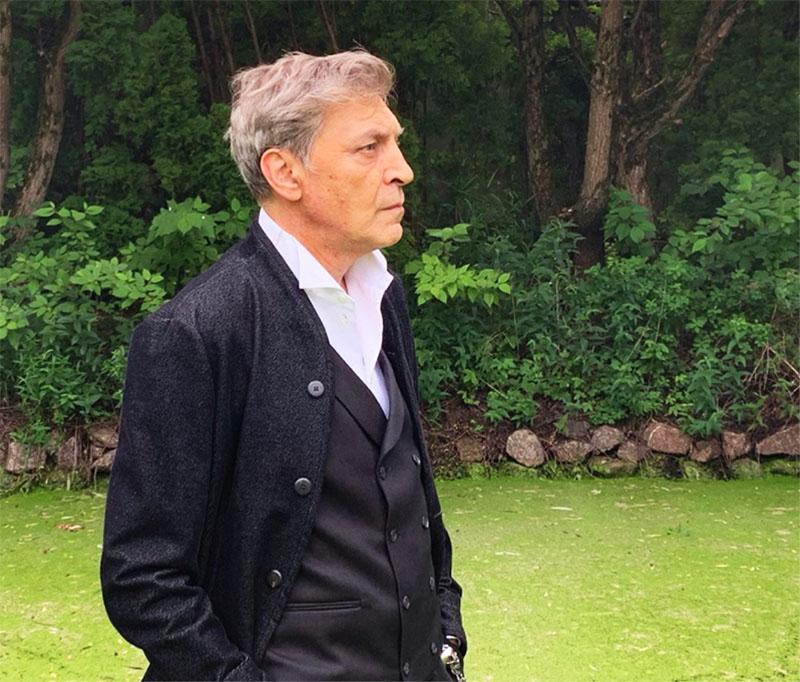 Александр Невзоров ведёт достаточно уединённый образ жизни и любит прогуливаться в одиночестве