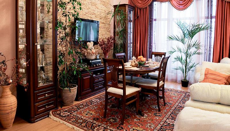 Дополняют обстановку напольные керамические вазы с композициями из сухоцветов и кашпо с живыми растениями