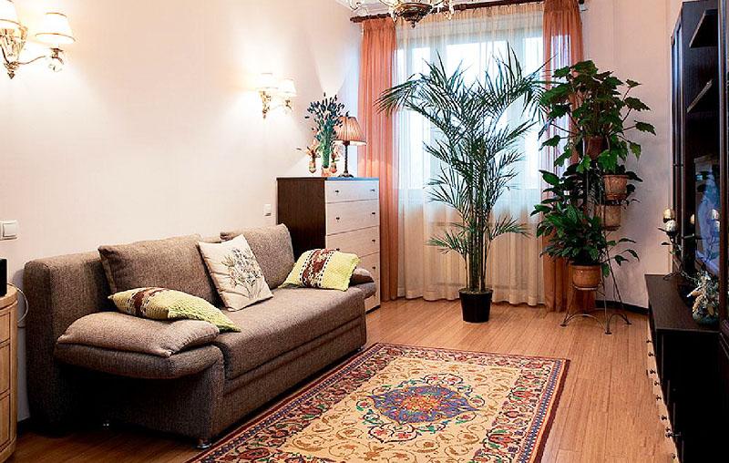 По центру комнаты постелили классический ковёр с геометрическим и цветочным принтом