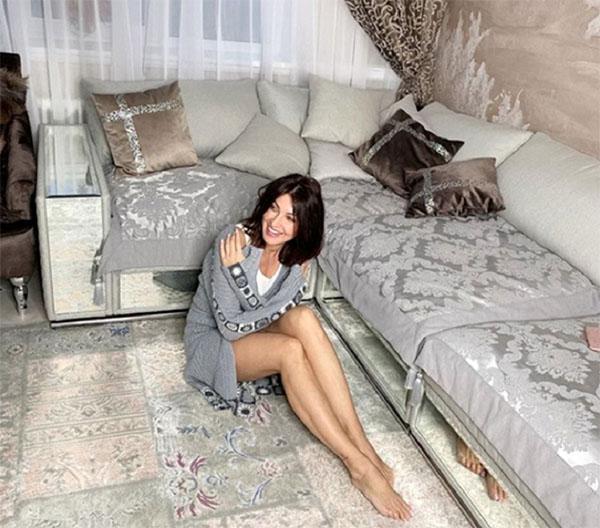 Перед диваном постелили ковёр ручной работы в стиле пэчворк