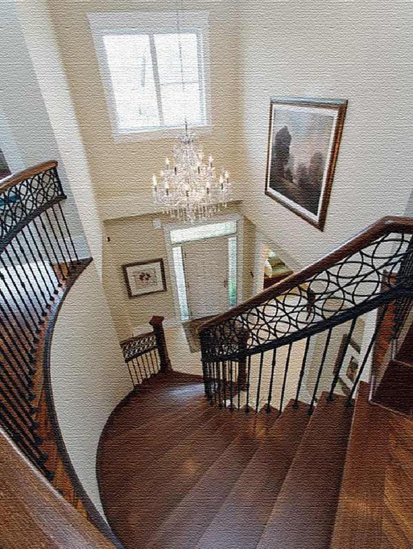 Лестницу освещает царская люстра из хрусталя с лампочками-свечками