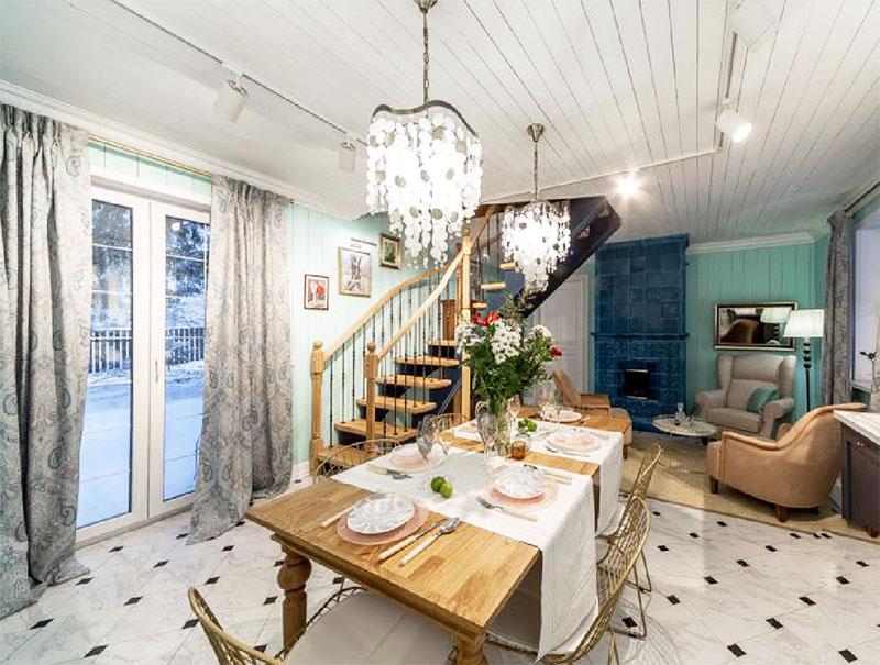 Благодаря новой двери хозяева могут из кухни выходить в свой уютный дворик