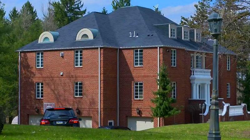 Трёхэтажный особняк Евгения Малкина построен из красного кирпича в английском стиле