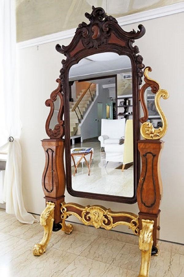 Главное украшение гостиной – антикварное зеркало на позолоченных фигурных ножках