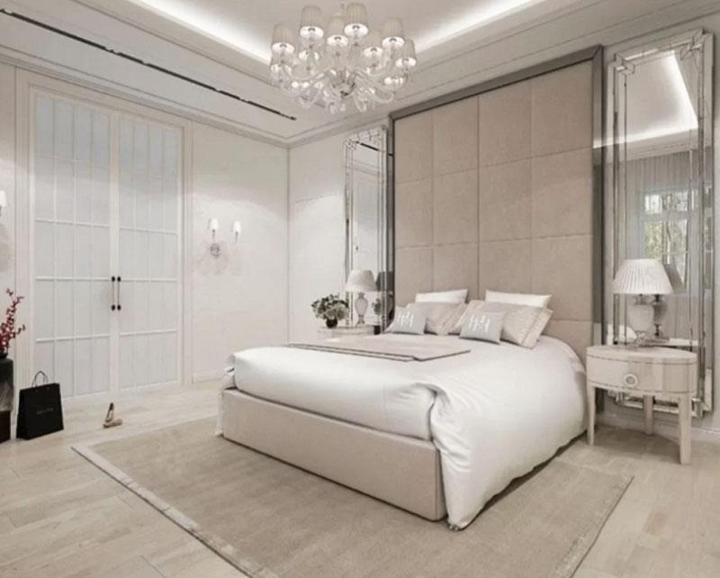 Двустворчатые двери в спальню украшены вставками из матового стекла белого цвета