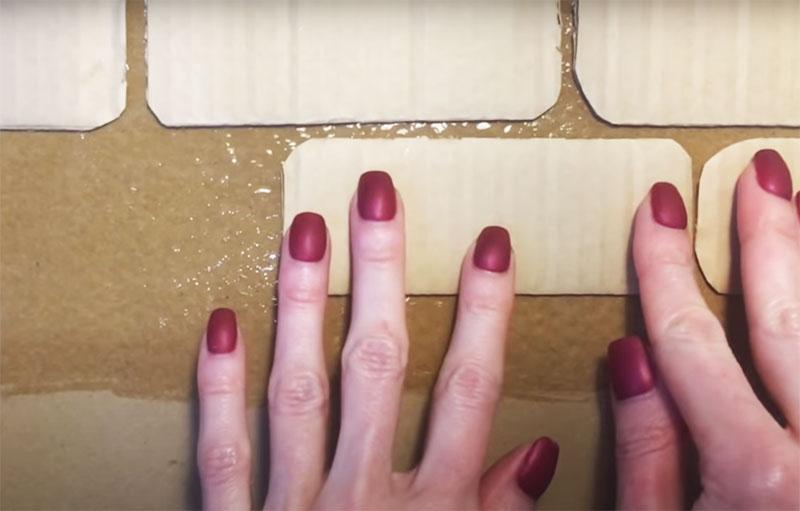 Эти кирпичики следует приклеить на заднюю стенку конструкции с небольшим зазором в 3–4 мм