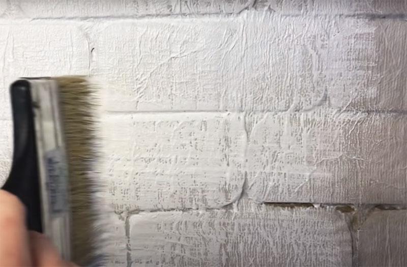 Когда салфетки высохнут, имитацию кирпичной кладки можно покрасить акриловой краской