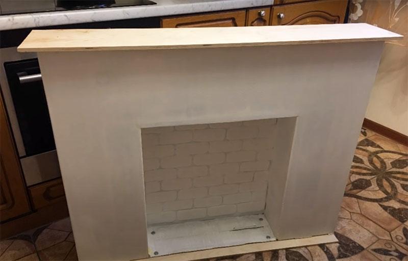 Крышка камина – ещё один кусок фанеры, он немного выступает за границы коробки