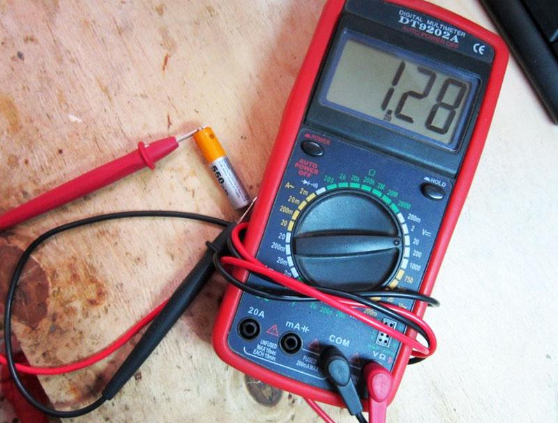 Если вы исследуете батарейку, то при показании меньше 0.3 А можно выбрасывать этот элемент питания. Батарейки с током до 0.7 можно поставить в дистанционный пульт, а те, что дают результат выше – использовать для более серьёзных задач