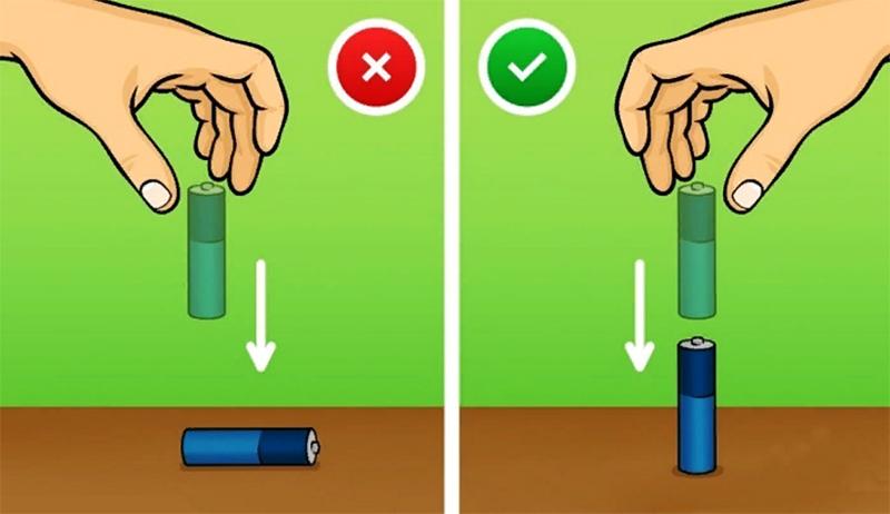 А дальше следите за тем, как упала батарейка. Если она упала, значит, электролит затвердел. Если электролит ещё имеет гелеобразное состояние, батарейка встанет как вкопанная. И чем больше заряд, тем увереннее будут вставать такие элементы питания. А не имеющие заряда – отпрыгивать от стола и падать