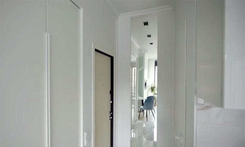 Чтобы избавиться от ощущения тесноты, сразу у входа было установлено зеркало во всю высоту стены. Оно не только даёт ощущение дополнительного пространства, но и отражает свет из окна
