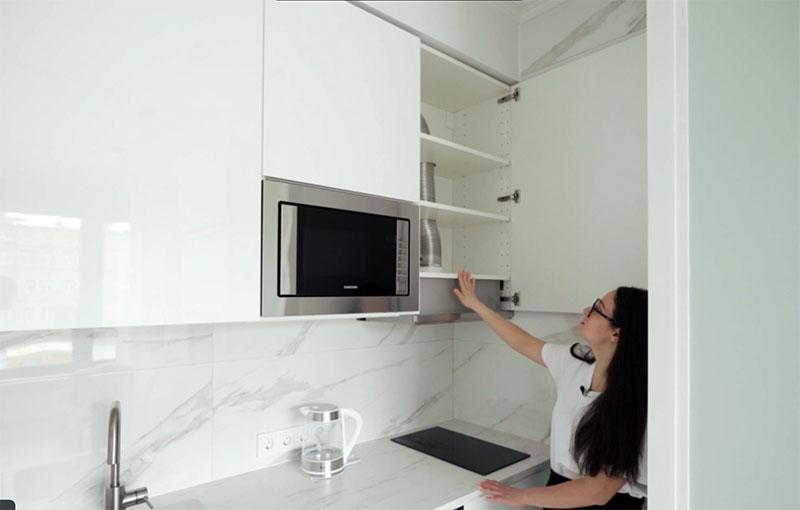 В кухне предусмотрена также вытяжка, замаскированная в одном из шкафов. Она обязательно необходима, чтобы не было лишних запахов в небольшом пространстве