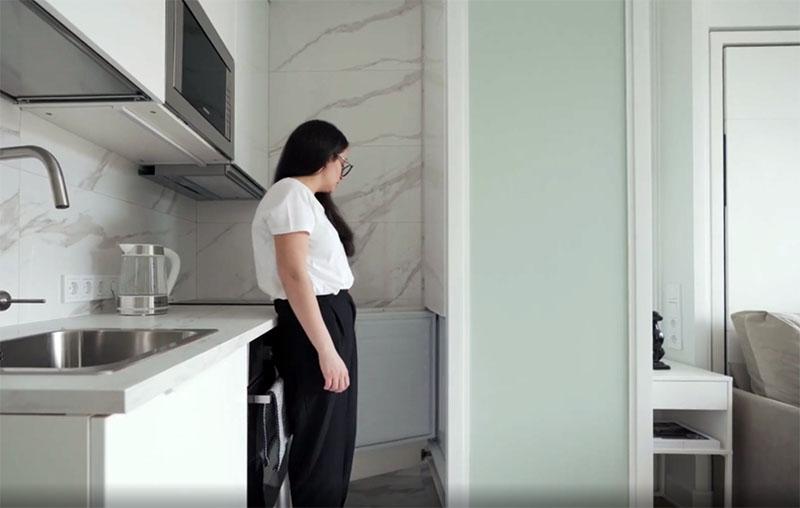 Кухня невозможна без холодильника и здесь он спрятан в коробе, который одновременно является разделителем зон: кухонной и отдыха. Короб сделан так, что в нём поместился не только холодильник, но и шкафчик для хранения посуды сверху