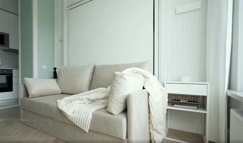 Напротив уютно поместился диван с мягкими подушками