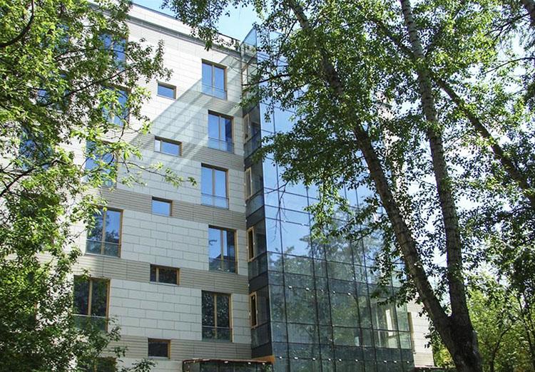Семиэтажный дом построен в стиле минимализм с панорамным остеклением и витражами