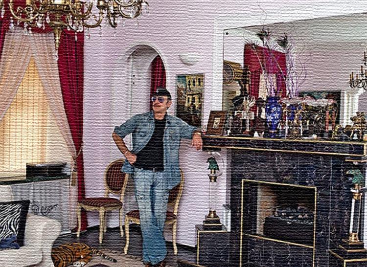 Светло-розовый оттенок стен удачно гармонирует с классической синей гаммой гостиной
