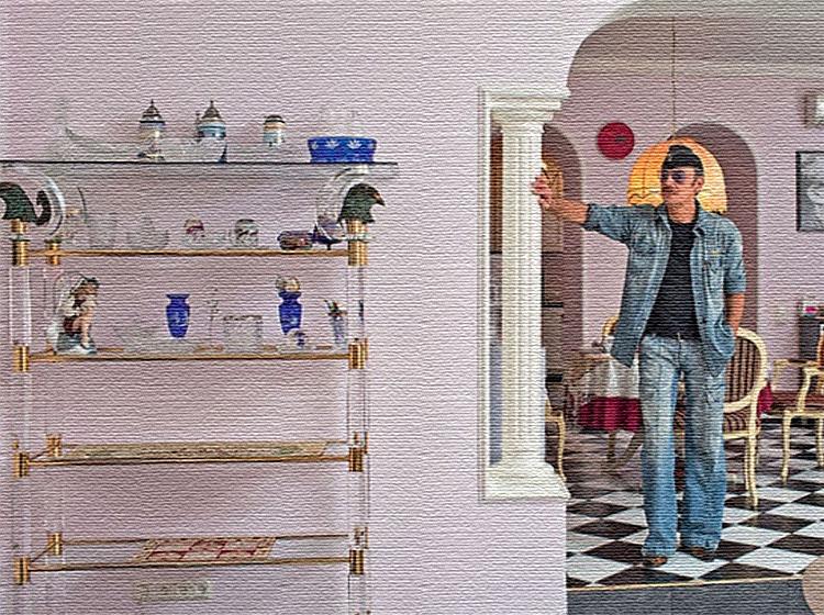 В гостиной поставили изящный стеллаж в позолоченном каркасе со стеклянными полочками