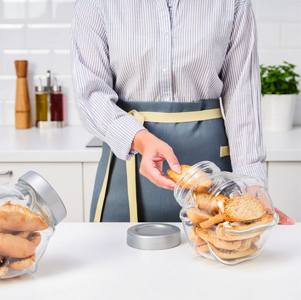 У банки герметичная крышка, которая защитит продукты от влажности и вредителей