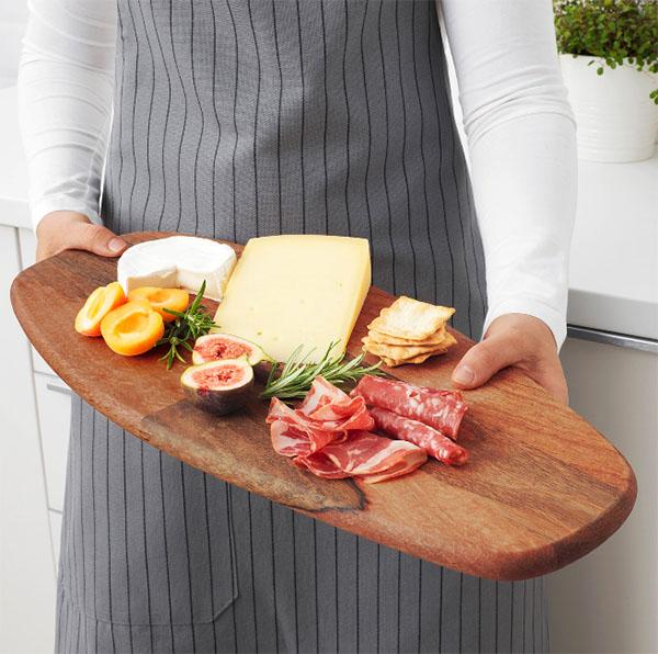 На доске из натурального дерева можно разделывать любые продукты, а для сохранения её нужно просто время от времени обрабатывать специальным маслом