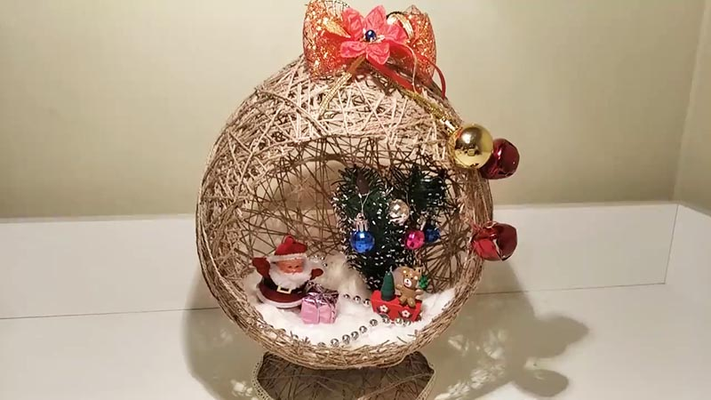 Также во внутрь ставим импровизированную миниатюрную ёлочку с шариками, фигуркой Санта Клауса, подарками и ёлочными бусами