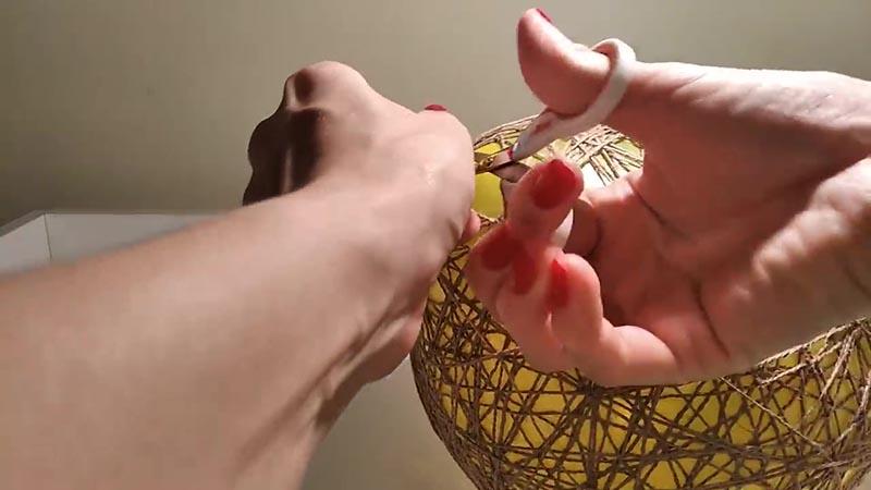 Срезаем горловину воздушного шарика и удаляем его остатки из конструкции